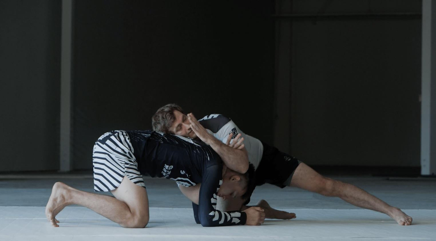 2 men doing MMA